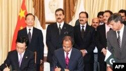 Trung Quốc và Pakistan ký kết các hiệp ước thương mại trong chuyến thăm của Thủ tướng Ôn Gia Bảo của Trung Quốc đến Islamabad, ngày 18 tháng 12, 2010