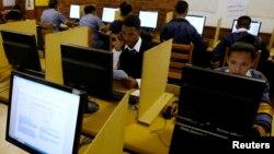 Pelajar SMP di Cape Town, Afrika Selatan, menggunakan internet di sekolah mereka (foto: ilustrasi). ITU melaporkan bahwa Afrika adalah kawasan yang paling cepat pertumbuhan pengguna internetnya.