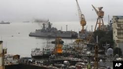 8月14日清晨潛艇爆炸後停靠在孟買海軍船塢的艦船