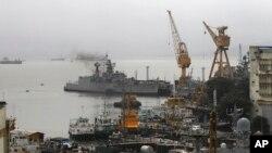 8月14日清晨潜艇爆炸后停靠在孟买海军船坞的舰船
