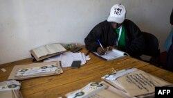Les fonctionnaires de la Commission électorale du Zimbabwe (ZEC) distribuent les votes par correspondance pour les différentes circonscriptions de Bulawayo dans les bureaux de la ZEC, au Zimbabwe, le 28 juillet 2018.