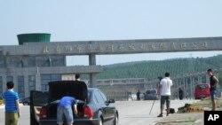 湖北省当阳市发生致命爆炸后,记者聚集在马店矸石发电有限责任公司的电厂外。