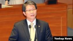 류길재 한국 통일부 장관이 3일 국회본회의에서 의원들의 정치분야 대정부 질문에 답변하고 있다.