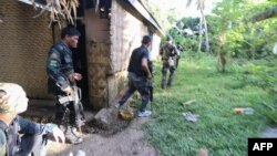 Cảnh sát và quân đội Philippines tấn công nhóm Abu Sayyaf tại làng Napo, thị trấn Inabanga, tỉnh Bohol, Philippines ngày 11/4/2017.