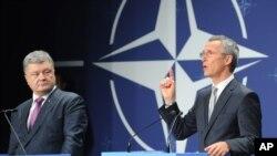 Петро Порошенко та Єнс Столтенберг на самміті НАТО у Варшаві, 9 липня 2016 р.