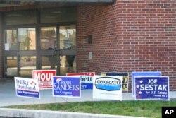 投票站前插满竞选广告牌(资料照片)