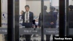 13일 북한군 병사 1명이 판문점 공동경비구역(JSA)에서 통해 귀순하다 북한군의 총격으로 부상을 입고 헬기로 긴급 이송됐다. 귀순 북한병사로 추정되는 인물이 13일 저녁 수원의 한 병원에서 수술실로 옮겨지고 있다.