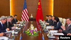 U.S. Secretary of State John Kerry (L) and Chinese Foreign Minister Wang Yi (R) meet at the Chinese Ministry of Foreign Affairs in Beijing, Apr. 13, 2013.