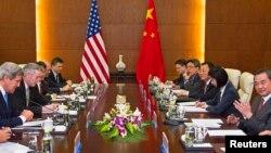 Ngoại trưởng Mỹ John Kerry (trái) trong 1 cuộc họp tại Bộ Ngoại giao Trung Quốc ở Bắc Kinh, 13/4/2013