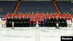 Групповой снимок хоккейной команды Washington Capitals с наградами НХЛ. Вашингтон, США. 12 июня 2018 г. Mandatory Credit: Geoff Burke-USA TODAY