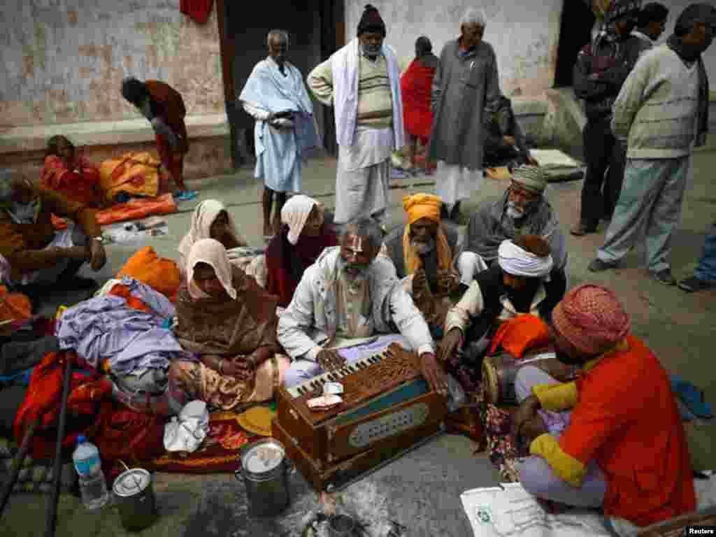 کھٹمنڈو میں قائم پشوپتیناتھ مندر میں ہندو بھجن گارہے ہیں