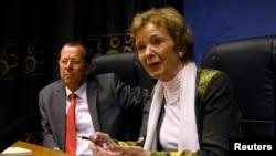 Mwakilishi wa UN kwa eneo la maziwa makuu Mary Robinson (R) na mwakilishi maalumu wa UN kwa Congo, Martin Kobler wakiwa Goma, Sept. 2, 2013.
