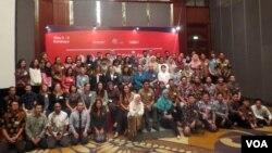 Para penerima beasiswa program Fulbright berfoto bersama perwakilan AMINEF dan Konjen AS di Surabaya. (Foto:VOA/Petrus Riski).