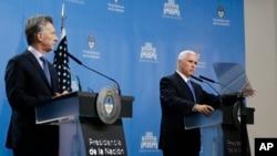 Vis-Prezidan Mike Pence, adwat, ak Prezidan ajanten an, Mauricio Macri pandan yon konferans pou laprès nan Buenos Aires, Ajantin 15 out 2017.
