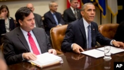 Presiden AS Barack Obama (kanan) melakukan rapat dengan tim penanggulangan Ebola AS di Gedung Putih (18/11).