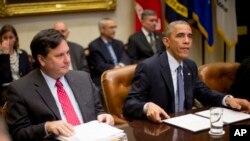 Rais Barack Obama, katika mkutano na timu yake ya usalama w ataifa pamoja na ya afya ya umma akipewa taarifa kuhusu mapambano na Ebola, huko White house. Nov. 18, 2014.