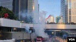 香港警方2019年8月5日下午向金钟政府总部外的示威者发射催泪弹 (美国之音海彦拍摄)