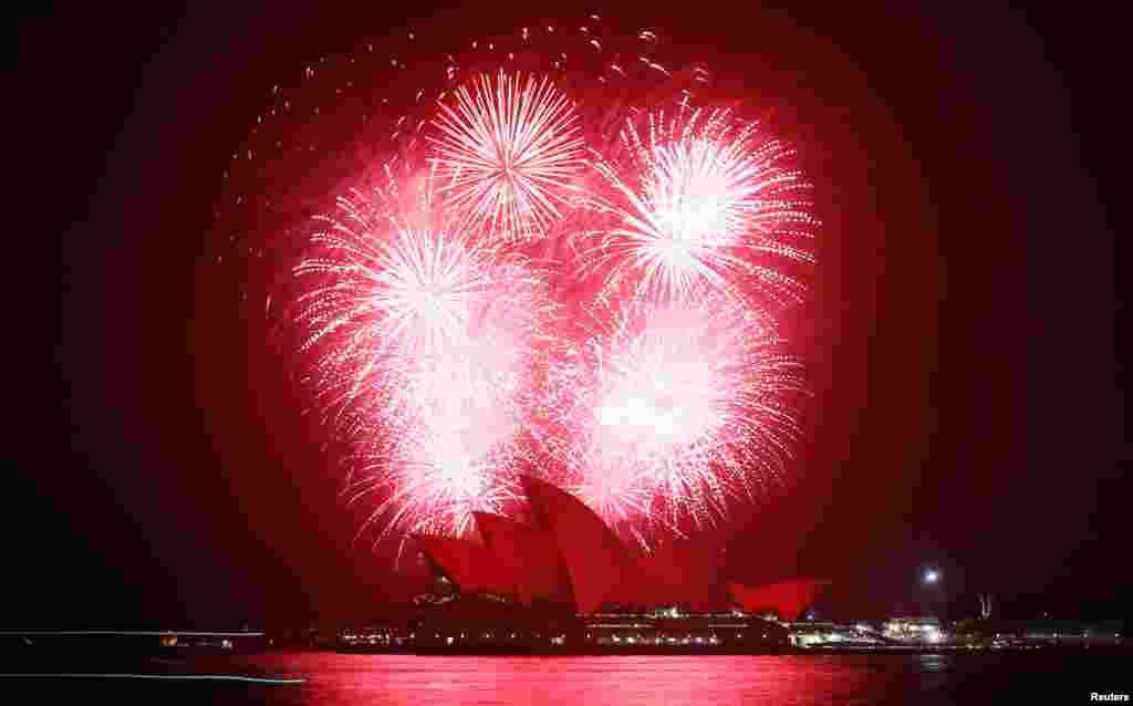 2012年11月30日,為紀念世界愛滋病日,悉尼歌劇院上空煙火齊放,劇院沐浴在紅光之下。
