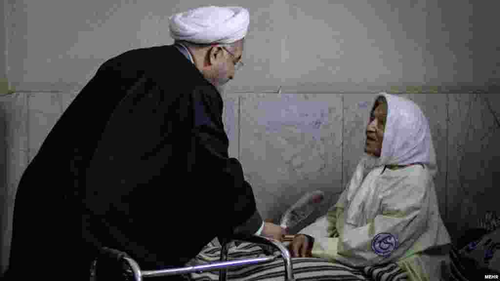 حسن روحانی در روزهای ابتدای سال به دیدار سالمندان و معلولین در مرکز خیریه کامرانی شهر قدس رفت. عکس: امیر خلوصی، ایسنا