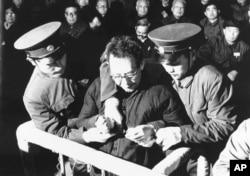 """中共""""四人帮""""中的张春桥在北京的法庭上被判处死刑,戴上手铐(1981年1月25日)"""