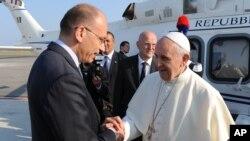 教宗方濟星期一離開羅馬國際機場﹐義大利總理送行。