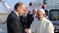 意大利总理7月22日在罗马国际机场为方济教宗送行