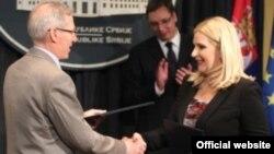 Potpredsednica Vlade Srbije Zorana Mihajlović i ambasador SAD u Srbiji, Majkl Kirbi nakon potpisivanja Sporazuma o vazdušnom saobraćaju