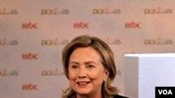 En declaraciones a estudiantes universitarios, la secretaria Clinton dijo que las sanciones están funcionando.