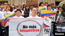Los colombianos exigen respuestas a las guerrillas sobre la situación de sus familiares y amigos secuestrados.