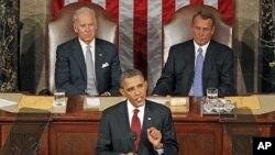 Presidente Barack Obama quando proferia o discurso sobre o Estado da União. Atrás, estão o vice-presidente Joe Biden e o líder da Câmara dos Representantes, John Boehner.