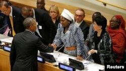 Tổng thống Obama bắt tay chủ tịch Ủy ban Liên minh Phi châu Nkosazana Dlamini Zuma sau khi nói về dịch Ebola tại phiên hop Liên hiệp quốc, 25/9/14