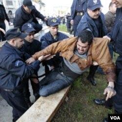 Polisi Aljazair menangkap seorang demonstran anti-pemerintah di Aljiers, Sabtu (12/2).
