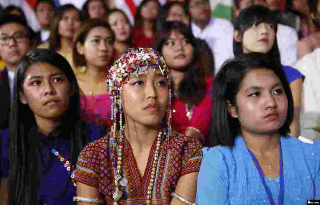 Para siswa mendengarkan Presiden Barack Obama saat menyampaikan pidato di Yangon University, Myanmar (14/11)