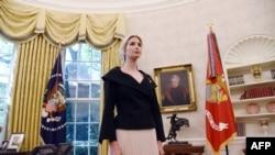 Penasihat Gedung Putih Ivanka Trump menyimak pertemuan antara Presiden Donald Trump dan Nikki Haley, duta besar AS untuk PBB di Ruang Oval Gedung Putih, di Washington DC, 9 Oktober 2018.