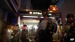 警察在地铁太子站逮捕抗议者,另一些警察守在站外。(2019年8月31日)