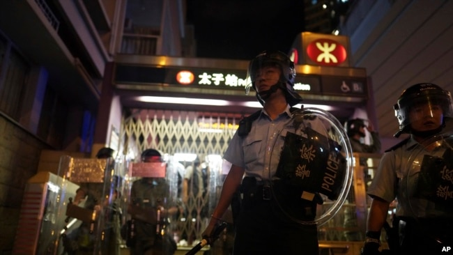 警察在地鐵太子站逮捕抗議者,另一些警察守在站外。 (2019年8月31日)