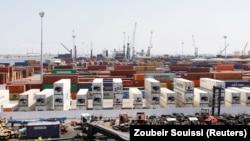 Des conteneurs sur un terminal de chargement dans le port de Radès à Tunis, en Tunisie, le 30 août 2018.