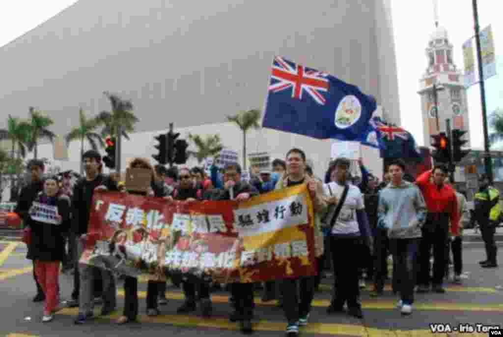 About 100 Hong Kong activists, angered by surging numbers of mainland Chinese visitors in the city, stage a protest on Canton Road, on February 16, 2014. (Iris Tong, VOA)