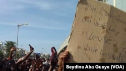 Des ressortissants guinéens protestent contre le scrutin, à Dakar, le 22 octobre 2020. (VOA/Seydina Aba Gueye)