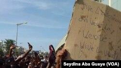 Des centaines de Guinéens manifestent à Dakar