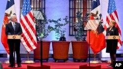 남미를 순방 중인 마이크 펜스 미국 부통령이 16일 칠레 산티아고 대통령 궁에서 미첼 바첼레트 칠레 대통령과 공동기자회견을 하고 있다.
