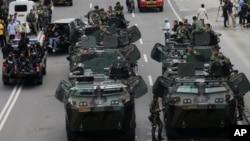 Des soldats indonésiens sur les auto-blindées déployés après les attentats à Jakarta, Indonésie, le 14 janvier 2016.