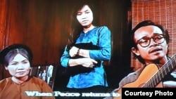 Cảnh trong phim với Trịnh Công Sơn ôm đàn hát 'Tôi sẽ đi thăm' (ảnh: Bùi Văn Phú)