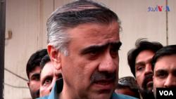 سندھ کے وزیر داخلہ سہیل اانور سیال میڈیا کو واقعے کی تفصیلات بتا رہے ہیں۔