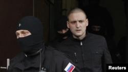 Lãnh tụ đối lập Nga Udaltsov (đi giữa) bị cảnh sát áp giải đi từ căn hộ. 17/10/2012 (REUTERS/Maxim Shemetov)