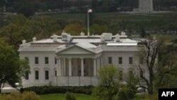 Невідомий кинув димову гранату на територію Білого Дому