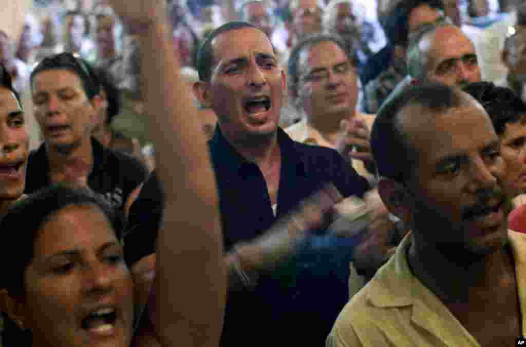 Diversos opositores del régimen cubano dieron su último adiós a Payá, entre ellos miembros de las Damas de Blanco y de la Comisión Cubana de Derechos Humanos y Reconciliación Nacional (CCDHRN)