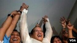 "Benigno ""Noynoy"" Aquino (tengah) sudah resmi memenangkan pemilu dan akan mulai memangku jabatan pada tanggal 30 Juni."