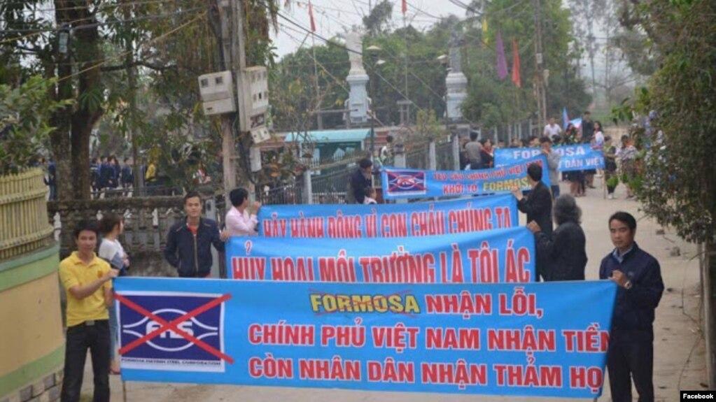 Người dân xuống đường phản đối Formosa ở Nghệ An, 5/3/2017. (Ảnh: Facebook Lê Văn Sơn)