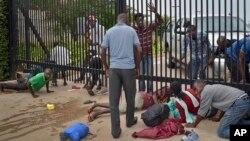 부룬디의 학생 시위대가 지난 25일 망명 신청을 위해 미국 대사관 정문을 비집고 들어서고 있다.